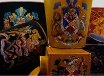 Blomkruka med gul bakgrund med handmålat emblem