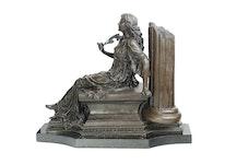 Kvinna läsande vid pelare/ruin