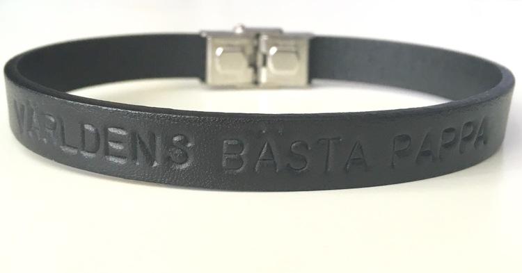 Enkelt läderarmband med personlig text