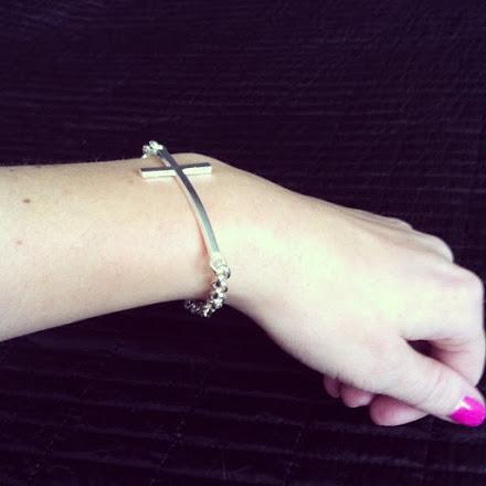 Armband i metall med kors