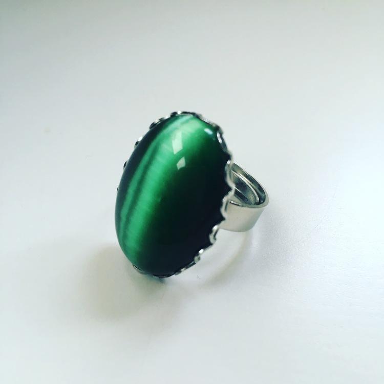 Fingerring i metall med grön catseye