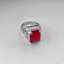 Fingerring med röd sten