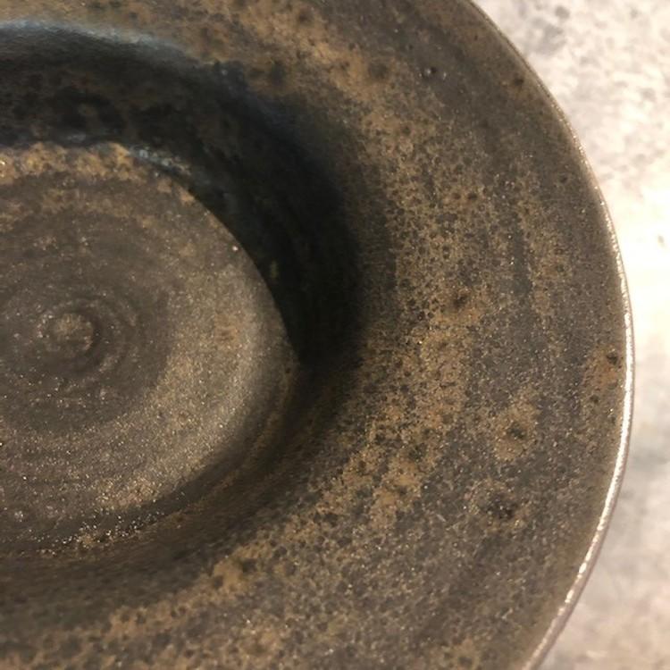 Hattallrik av svart lera o svart med bronseffekt glasyr