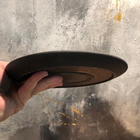 Assiette av svart lera o svart bronseffektglasyr