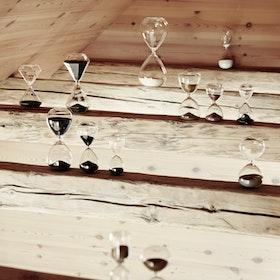 Timglas i klarglas med svart sand modell stort