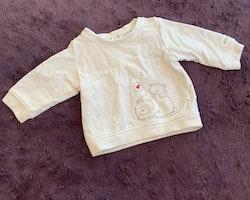 Collegeset bestående av vit tröja med björnar och ljusrosa byxor med björnapplikation på rumpan från Newbie stl 56