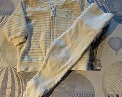 Beige- och vitrandig velour tröja med dragkedja och broderad uggla samt ett par vita byxor från Newbie stl 50