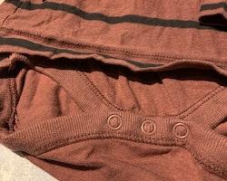 Vinröd tröjbody med svarta ränder och farfarsknäppning från Newbie stl 62