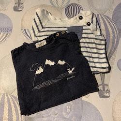 En vit- och blårandig body med bröstficka och en mörkblå body med vitt natur- och rävtryck från Newbie stl 62