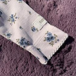 Vit body med småblommigt mönster i olika blå och gröna nyanser från Newbie stl 50