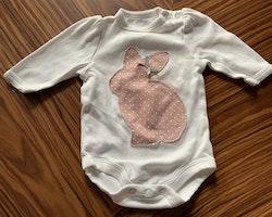 Vit body med rosa kaninapplikation från Petite Mini stl 50