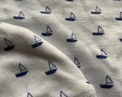Vit kortärmad body med blå båtar och matchande mössa från Ica Eco stl 50