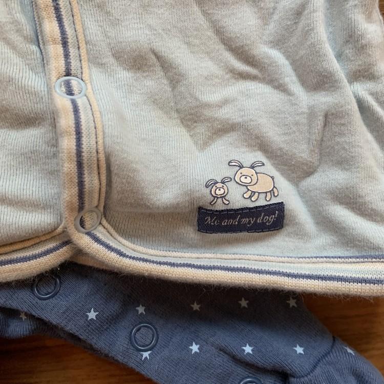 Blå stjärnprydda hängselbyxor och blå matchande kofta med hundtryck från Lindex stl 50