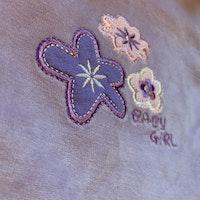 Ljuslila hängselbyxor i velour med blomapplikationer från Jacky stl 50
