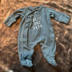 Mörkgrå pyjamas med texttryck och fötter från Next stl 50