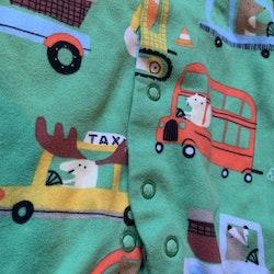 Grön pyjamas med djur- och biltryck med fötter från Next stl 50