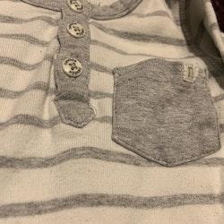 Vit och grårandig body med armbågslappar, ficka och farfarsknäppning från Newbie stl 56