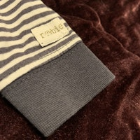 Mörkblå och vitrandig tröja med farfarsknäppning från Newbie stl 56