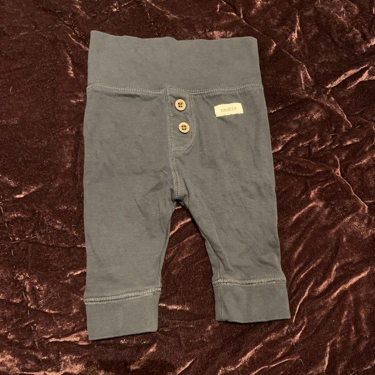Mörkblå byxor med träknappar från Newbie stl 56