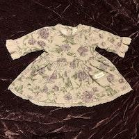Ljuslila klänning med blommönster och spets från Newbie stl 56