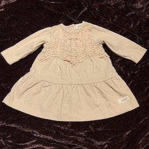 Ljusrosa klänning med ton i ton broderi från Newbie stl 56