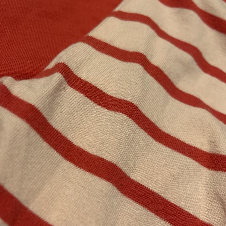 Röd body med volanger och Hello Kitty tryck och röda och rosa randiga byxor från HM stl 56