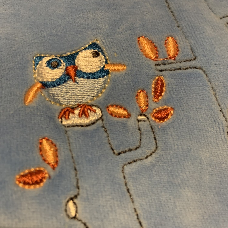 Blå tröja med ugglebroderier och blå och vitrandiga byxor från Gelati stl 56
