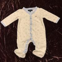 Vit och ljusblå pyjamas med mönster av babysaker som gunghäst, nalle etc från Tommy Hilfiger stl 56