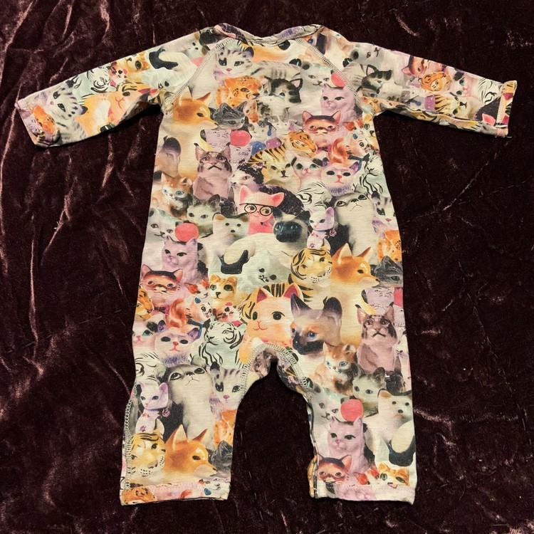 Jumpsuit med kattmönster från Molo stl 56