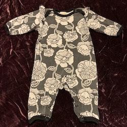 Jumpsuit med volanger i svart, vitt och mörkgrått med blomstermönster från Lindex stl 56