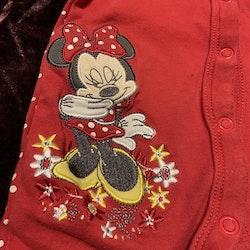 Röd och vitprickig jumpsuit med Mimmi broderi från Disney stl 56