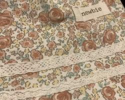 Flerfärgad blommig ärmlös klänning med volanger och spets från Newbie stl 56