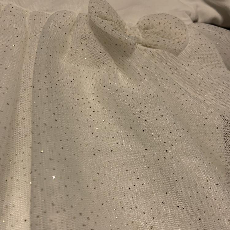 Vit body med vit tyllkjol med glitter och rosett stl 56