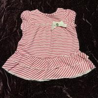 Vit och rosa randig kortärmad klänning med volanger och spets rosett från Kappahl stl 56