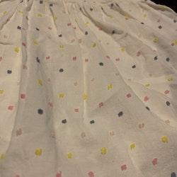 Vit ärmlös klänning med inbyggd body och flerfärgade broderade prickar från HM stl 56