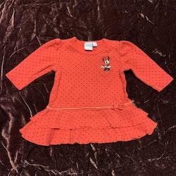 Röd klänning med svarta prickar, volanger, rosett och Mimmi broderi från Disney Kappahl stl 56
