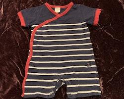 Kortärmad och kortbent jumpsuit i mörkblått, rött och vitt från PoP stl 50