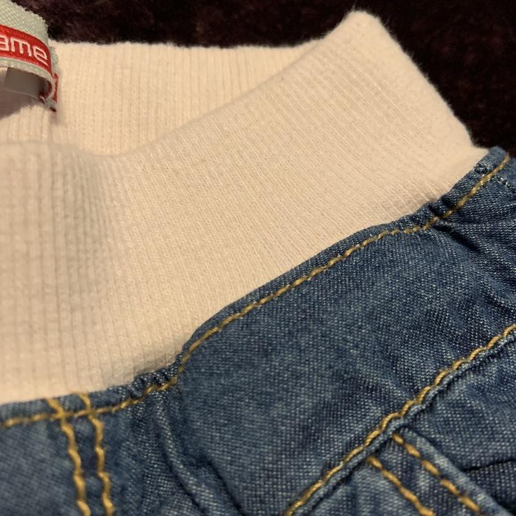 Mjuka byxor i jeanslook med rosa mudd och rosetter på bakfickorna från Name it stl 56
