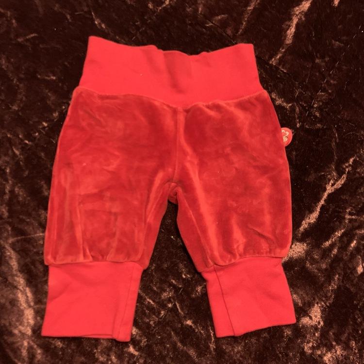 Röda velourbyxor med text på rumpan från Name it stl 56