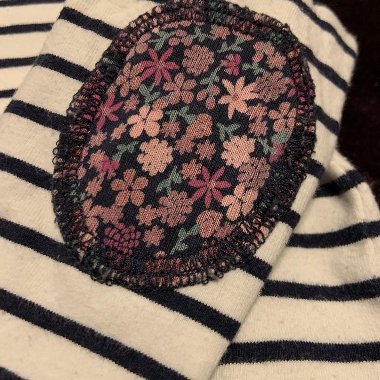 Vit body med svarta ränder och detaljer i blomster tyg från Lindex stl 62