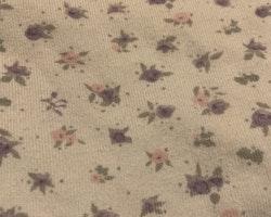 Vit body med småblommigt mönster i ljusrosa, lila och grått från Cubus stl 62