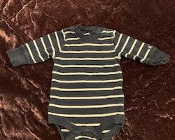 Mörkblå body med vita ränder från Lindex stl 56