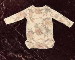Vit body med blommönster i gammelrosa, lila och dovt grönt från Newbie stl 56