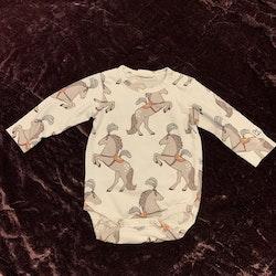 Vit body med mönster av cirkushästar från Kaxs stl 56