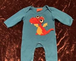 Klarblå jumpsuit med en 3d drake applikation från Lipfish stl 56
