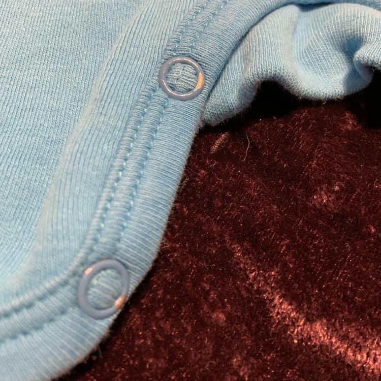 Ljusblå kortärmad och kortbent jumpsuit med 3d giraff applikation från Lipfish stl 56