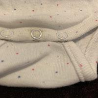 Vit omlottbody med små färgglada prickar från Brioche stl 56
