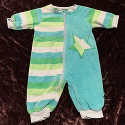 Färgglad jumpsuit med ränder och en stjärna från MeToo stl 56