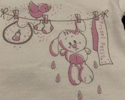 Vit kortärmad body med rosalila och grått tryck av bla. kanin från Fridel Petit stl 56-62