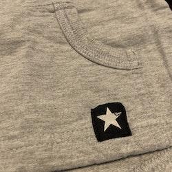 Grå tröja med ficka på magen från Lindex stl 56